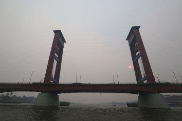 Jembatan Ampera, Palembang, Sumatera Selatan, nampak tertutup kabut asap, Rabu, 28 Oktober 2015. - The Jakarta Post / Jerry Adiguna