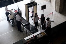 Petugas memeriksa pengunjung di pintu masuk gedung BEI, Jakarta, Kamis, 14 Januari 2016. Perdagangan saham melemah akibat pengaruh aksi teror yang di lakukan di kawasan Thamrin, Jakarta, Kamis, 14 Januari 2016. - The Jakarta Post / Jerry Adiguna