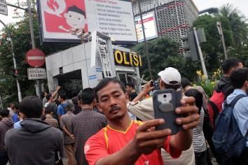 Warga memperhatikan dari dekat TKP Pos Polisi di kawasan Thamrin, Jakarta, yang hancur akibat serangan teror, Kamis, 14 Januari 2015. - The Jakarta Post / Jerry Adiguna