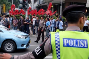 Petugas polisi mengamankan TKP serangan teror di Thamrin, Jakarta, Kamis, 14 Januari 2015. - The Jakarta Post / Jerry Adiguna