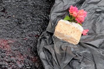 Warga meletakkan bunga di TKP Pos Polisi di kawasan Thamrin, Jakarta, yang hancur akibat serangan teror, Kamis, 14 Januari 2015. - The Jakarta Post / Jerry Adiguna