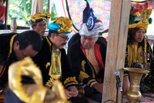 Sultan Buton ke-40, Dr. H. La Ode Muhammad Izat Manarfa (ke-2 kanan) duduk berbincang dengan bupati Wakatobi, Arhawi (ke-2 kiri) di dampingi Kapitalao Sukanaeo Ld Jabaru (panglima kesultanan Buton) saat menghadiri prosesi pelantikan Lakina Bharata Kahedupa di Benteng Ollo, pulau Kaledupa, Wakatobi, Sulawesi Tenggara, 17 September 2016. - The Jakarta Post / Jerry Adiguna