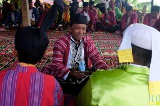 Sejumlah Sara (menteri dalam adat Bharata Kahedupa) berdiskusi saat hadir di prosesi pelantikan Lakina Bharata Kahedupa di Benteng Ollo, pulau Kaledupa, Wakatobi, Sulawesi Tenggara, 17 September 2016. - The Jakarta Post / Jerry Adiguna