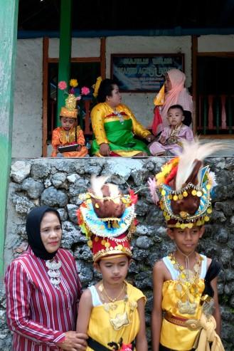 Warga duduk menunggu dengan pakaian adat saat mengikuti pelantikan Lakina Bharata Kahedupa di Benteng Ollo, Kaledupa, Wakatobi, Sulawesi Tenggara, 17 September 2016. - The Jakarta Post / Jerry Adiguna