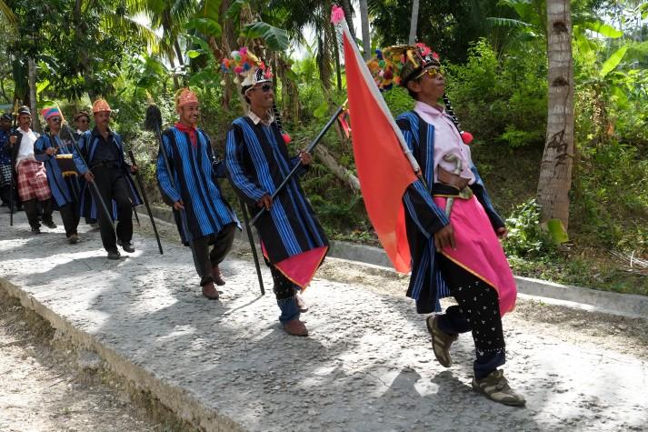 Prajurit adat Bharata Kahedupa berbaris saat mengikuti prosesi arak-arakan pelantikan Lakina Bharata Kahedupa dari benteng Ollo ke alun-alun Kaledupa, Wakatobi, Sulawesi Tenggara, 17 September 2016. - The Jakarta Post / Jerry Adiguna