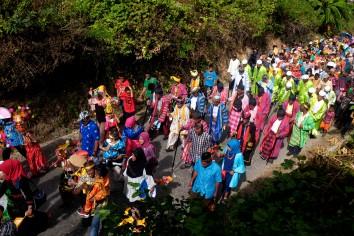 """Lakina Bharata Kahedupa, La Ode Saidi berjalan diiring Sara dan Miantuu saat mengikuti prosesi arak-arakan menuju alun-alun Kaledupa sebagai rangkaian perayaan pelantikan Lakina Bharata Kahedupa, Pulau Kaledupa, Wakatobi, Sulawesi Tenggara, 17 September 2016. Sepanjang prosesi arak-arakan, warga meneriakkan kata """"Lego"""" yang artinya bukan pinjaman, sebagai ekspresi kebanggaan atas pelantikan Lakina Bharata Kahedupa. - The Jakarta Post / Jerry Adiguna"""