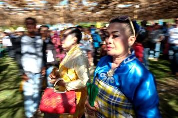 Seorang perempuan bangsawan berjalan di tengah lokasi perayaan pelantikan Lakina Bharata Kahedupa, Kaledupa, Wakatobi, Sulawesi Tenggara, 17 September 2016. - The Jakarta Post / Jerry Adiguna