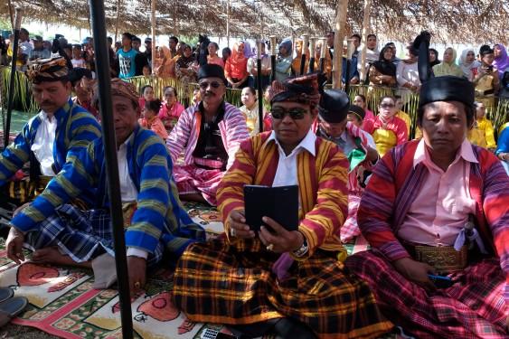 Sejumlah Sara (menteri dalam adat Bharata Kahedupa) duduk bersama saat hadir di prosesi perayaan atas pelantikan Lakina Bharata Kahedupa, pulau Kaledupa, Wakatobi, Sulawesi Tenggara, 17 September 2016. - The Jakarta Post / Jerry Adiguna