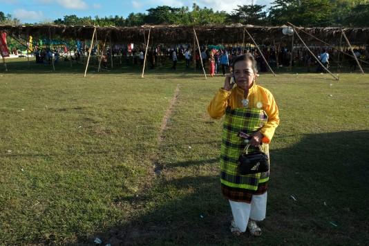 Seorang perempuan bangsawan berbicara dengan kerabatnya dengan menggunakan telepon selular usai mengikuti prosesi perayaan pelantikan Lakina Bharata Kahedupa, Kaledupa, Wakatobi, Sulawesi Tenggara, 17 September 2016. - The Jakarta Post / Jerry Adiguna