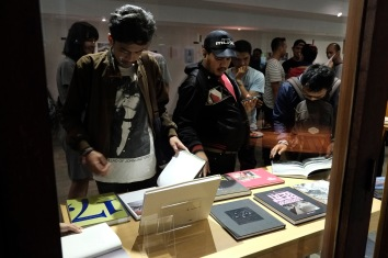 Pengunjung melihat koleksi buku foto saat pembukaan pameran dan workshop buku foto 2016 di Goethe House, Jakarta, 1 November 2016. - The Jakarta Post / Jerry Adiguna