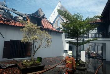 Petugas melakukan pemadaman saat kebakaran yang menghanguskan sejumlah sayap bangunan museum Bahari, Jakarta Utara, Selasa, 16 Januari 2017. - The Jakarta Post / Jerry Adiguna