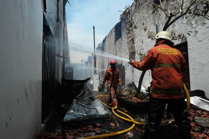 Petugas pemadam kebakaran melakukan pemadaman di salah satu wing gedung Museum Bahari, Jakarta Utara, Selasa, 16 Januari 2018. - The Jakarta Post / Jerry Adiguna
