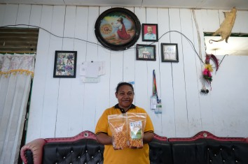 Ida Padua (38 tahun) menunjukkan keripik tortila kepiting dan chesse stick udang hasil olahannya di rumah keluarganya di kampung Argosigemerai, Teluk Bintuni, Papua Barat, 1 April 2019. - JP/Jerry Adiguna
