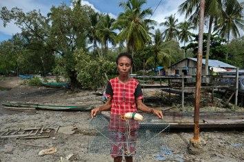 Rakiba Piawe (38 tahun) dari kelompok nelayan Kepiting Makote menunjukkan kerambat, alat penangkap kepiting yang digunakannya di pulau Babo, Papua Barat, 2 April 2019. - JP/Jerry Adiguna