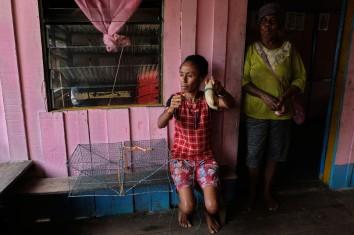 Rakiba Piawe (kiri/38 tahun) dari kelompok nelayan Kepiting Makote menunjukkan kerambat, alat penangkap kepiting yang digunakannya di pulau Babo, Papua Barat, 2 April 2019. Melalui usaha penangkapan kepiting, yang diwarisinya dari keluarganya, Rakiba Piawe mampu membiayai kebutuhan hidup sehari-hari keluarganya. - JP/Jerry Adiguna