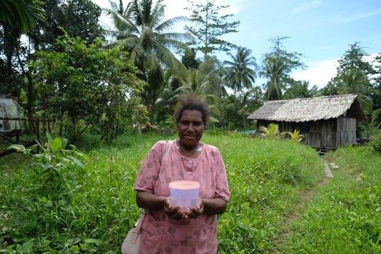 Yumima Fenetiroma (34 tahun) dari kelompok Kereru menunjukkan abon kepiting hasil olahan kelompoknya di Pulau Babo, Papua Barat, 2 April 2019. - JP/Jerry Adiguna