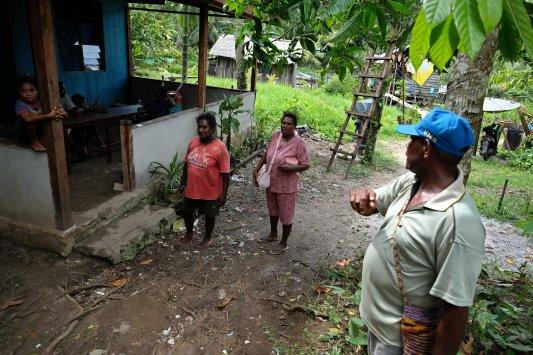 Yumima Fenetiroma (tengah/34 tahun) dari kelompok Kereru berbincang dengan anggota kelompoknya di Pulau Babo, Papua Barat, 2 April 2019. Kelompok Kereru yang terdiri dari 6 kepala keluarga mengembangkan usaha abon kepiting sebagai salah satu upaya bersama memperbaiki kondisi perekonomian masyarakat pulau Babo, Papua Barat. - JP/Jerry Adiguna